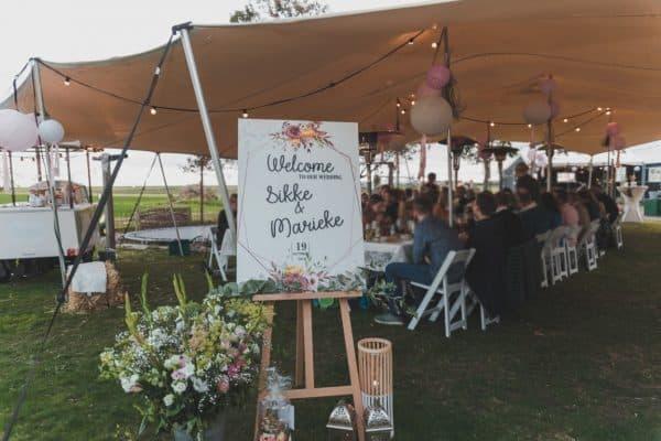 Bruiloft bord in de tuin